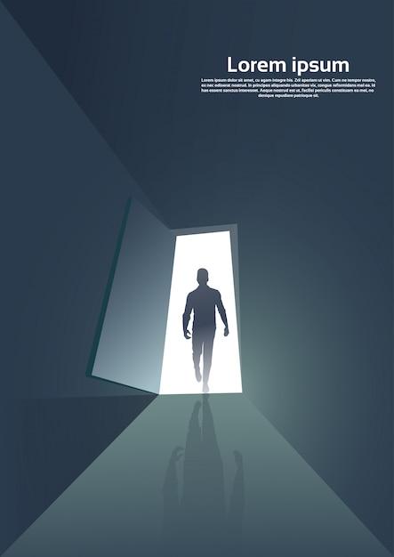 ドアの入り口に立っているビジネス男のシルエット Premiumベクター