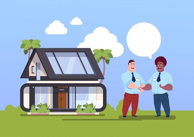 Концепт-агент «покупка дома» и новый владелец пожимают друг другу руки Premium векторы