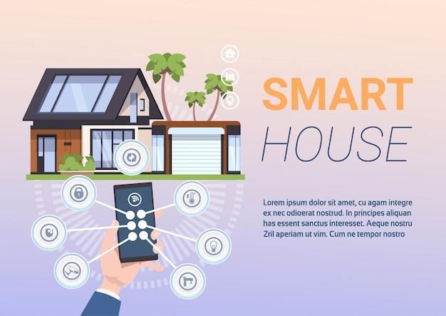 Концепция системы умный дом с руками, держа смартфон с управляющим приложением Premium векторы
