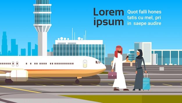 Арабский мужчина и женщина над современным аэропортом. арабские деловые люди пара путешествия Premium векторы