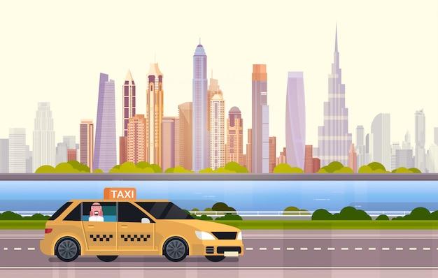 ドバイ市内の道路上の黄色のタクシー車のタクシー Premiumベクター