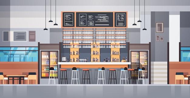 Современный интерьер кафе или ресторана с барной стойкой и бутылками с алкоголем и бокалами Premium векторы