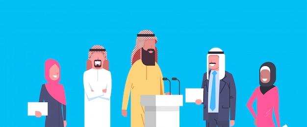 Группа арабских бизнесменов выступила на конференции или презентации, команда арабских бизнесменов-политиков, кандидатов Premium векторы