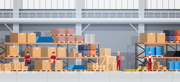ラックと働く人々の倉庫インテリアボックス。物流配達サービスのコンセプト Premiumベクター