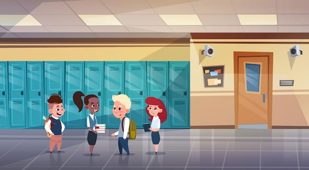 ロッカーの行の上の学校の廊下ミックスレース生徒の小学生のグループ Premiumベクター
