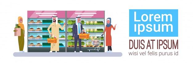 アラブの人々と食料品店コピースペースで製品水平バナーを購入します。 Premiumベクター