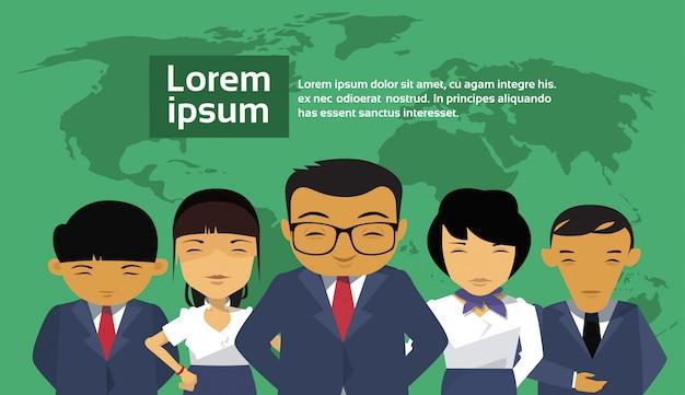 Группа азиатских деловых людей на карте мира Premium векторы