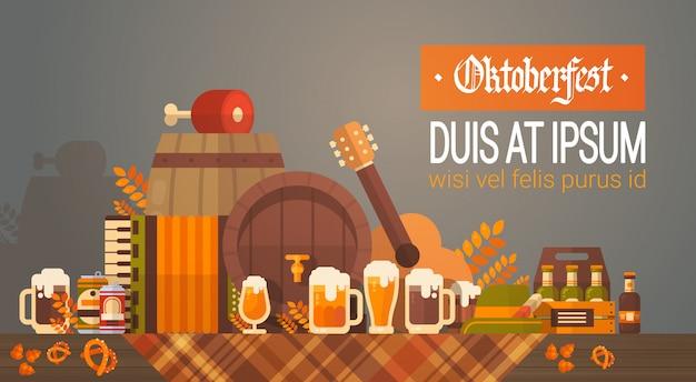 オクトーバーフェストビール祭りバナーガラスマグカップ装飾と木製の樽 Premiumベクター