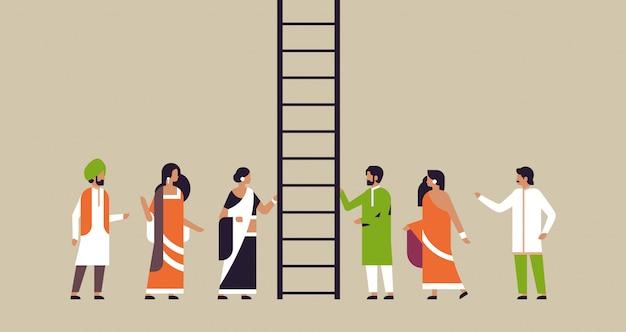 インドの人々のグループ登山キャリアのはしご新しい仕事の機会 Premiumベクター