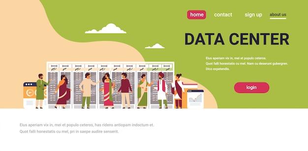 データセンターのバナーを働いているインド人 Premiumベクター