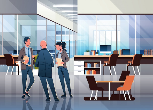 Деловые люди общаются в офисе Premium векторы