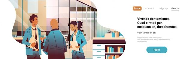 オフィスのバナーで通信するビジネス人々 Premiumベクター