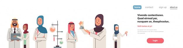 アラビア語の科学者グループ作業バナー Premiumベクター