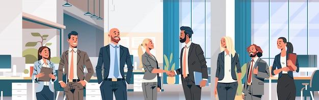 ビジネス人グループ握手バナー Premiumベクター