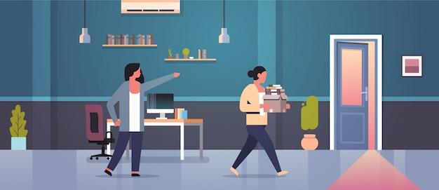 女性の上司は紙文書ボックス解雇失業失業コンセプトフラットモダンなオフィスインテリアとドア解雇女性従業員に人差し指を却下します。 Premiumベクター