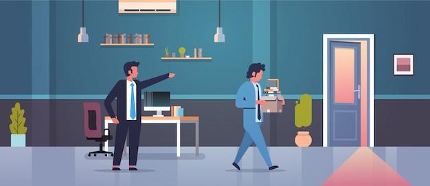 男性の上司は、紙のドキュメントボックス解雇失業失業コンセプトフラットモダンなオフィスインテリアとドア解雇男性従業員に人差し指を却下します。 Premiumベクター