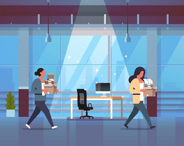 物事新しい職場で箱を運ぶビジネス女性欲求不満の実業家が解雇と新しいジョブコンセプトオフィスインテリアを離れて行く Premiumベクター