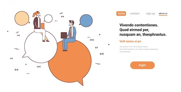 Пара бизнесмены операторы с помощью ноутбука сидя чат пузырь поддержки служба связи мужской женский мультипликационный персонаж Premium векторы