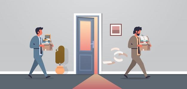 物事新しい職場のオフィスのドアと箱を運ぶビジネスの男性がイライラして却下 Premiumベクター