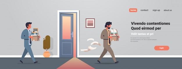 Деловой человек, несущий коробку с вещами новое рабочее место дверь офиса уволен разочарованы Premium векторы
