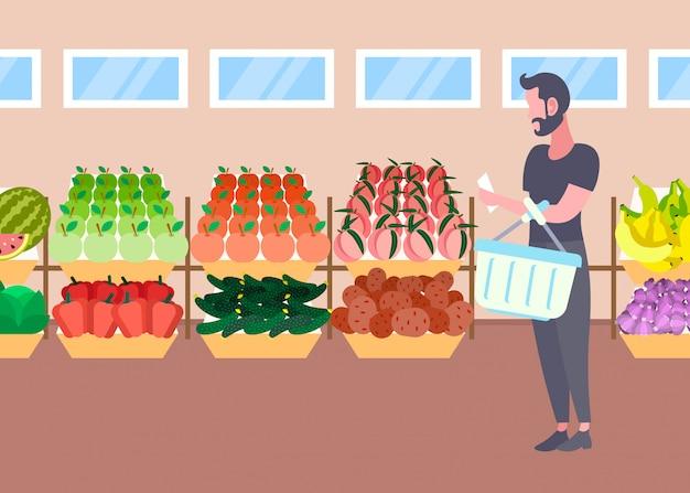 新鮮な有機果物野菜モダンなスーパーマーケットショッピングモールインテリア男性漫画キャラクター全長フラット水平を購入するバスケットを持つ顧客男 Premiumベクター
