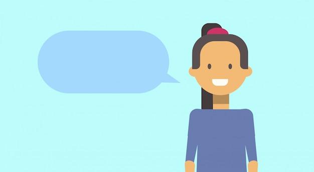 Девочка-подросток, счастливый, улыбается с чат пузырь молодая женщина Premium векторы