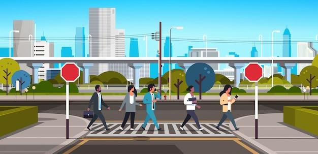 Смешанные расы людей, идущих по пешеходному переходу Premium векторы