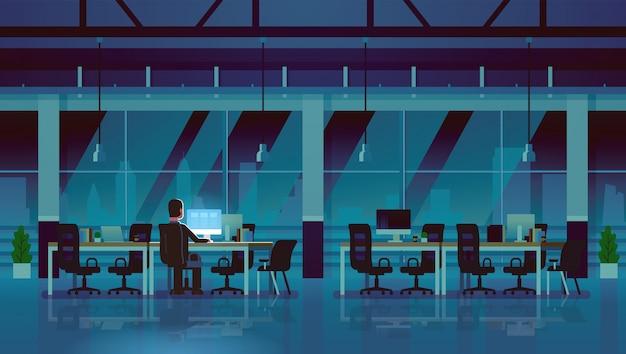 夜遅くまで働くコンピューターの実業家 Premiumベクター