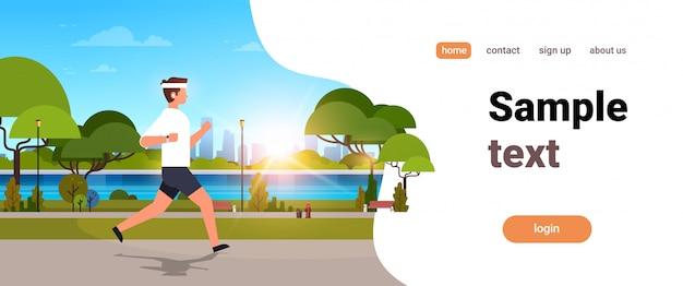Молодой человек бег на открытом воздухе современный общественный парк Premium векторы