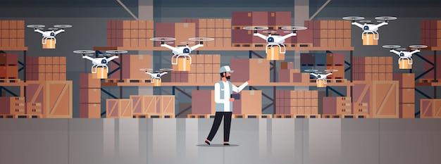 Человек курьер держать беспроводной пульт дистанционного управления посылки дронов Premium векторы