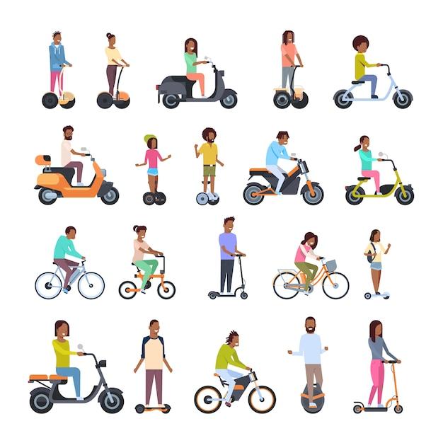 Разные люди в колесном транспорте установлены Premium векторы