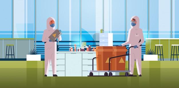 警告サインインフルエンザ発生中国病原体呼吸器検疫コロナウイルスコンセプト実験室インテリア水平とバレルを運ぶ防護防護服の科学者 Premiumベクター