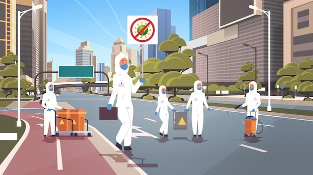 防護服を着た科学者停止コロナウイルスバナー人々クリーニング消毒流行ウイルス空都市通り武漢パンデミック健康リスク全長水平 Premiumベクター