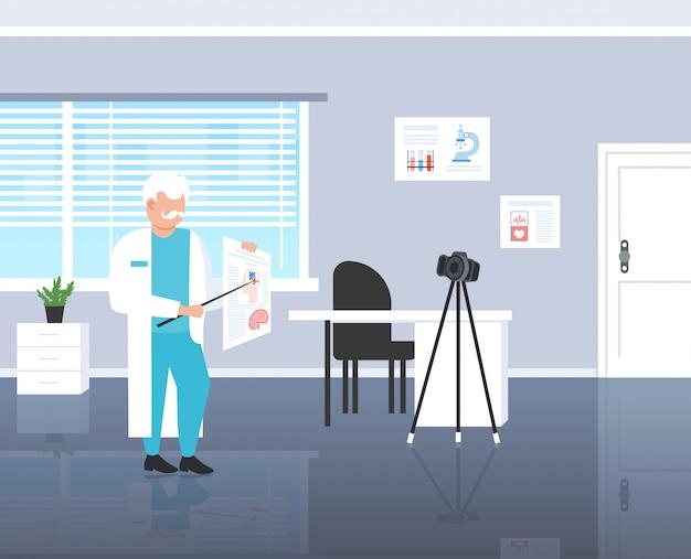 三脚医学心理学ブログコンセプトモダンなクリニックインテリア完全な長さの水平にカメラで人間の脳記録ビデオを説明する心理学者医師ブロガー Premiumベクター