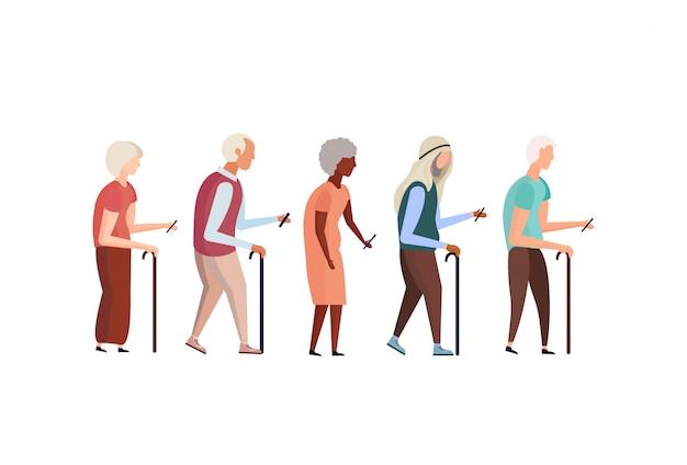 Смешанные расы старые люди трость с помощью смартфона пожилые дедушка бабушка группа Premium векторы