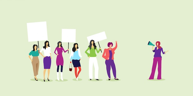空白のプラカードを保持している抗議活動家フェミニストのデモの女の子権力運動の権利保護女性のエンパワーメントのコンセプト全長水平 Premiumベクター