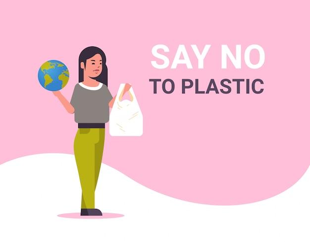 惑星とポリエチレンのバッグを保持している女性は、プラスチックの汚染リサイクルの生態学の問題は地球の概念を保存しないと言う女性エコ活動家全長フラット水平 Premiumベクター
