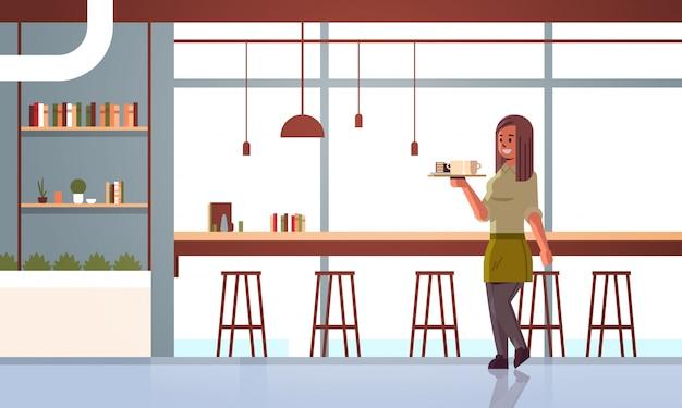 Официантка с кофе и пирожными на подносе Premium векторы