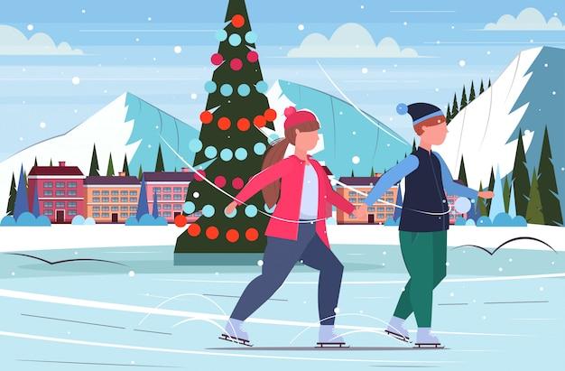 Пара кататься на коньках на катке избыточный вес мужчина женщина держаться за руки зима развлечения спорт потеря веса концепция рождественская елка пейзаж фон полная длина плоский горизонтальный Premium векторы