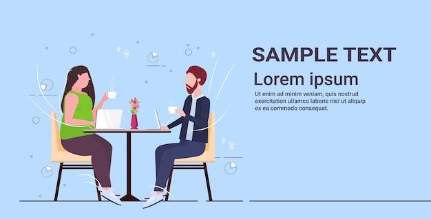 Бизнесмены пара обсуждение во время встречи деловые люди мужчина женщина сидит за столом кафе пить кофе отношения концепция полная длина копия пространство Premium векторы