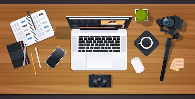 Блоггер или видеоредактор на рабочем месте ноутбук с интерфейсом приложения для редактирования концепции блогов профессиональная цифровая камера для записи рабочего стола под углом Premium векторы