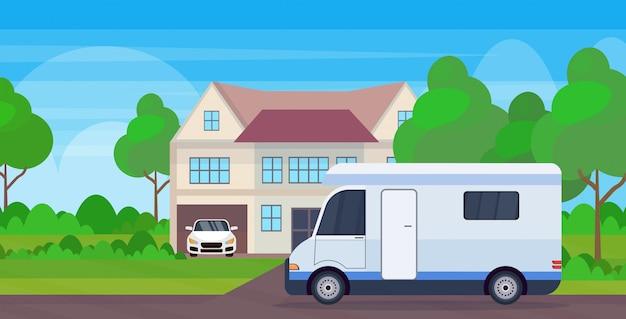 キャラバン車家族トレーラートラックコテージハウスレクリエーション旅行車両近くに滞在キャンプ旅行概念の風景の背景フラット水平旅行の準備 Premiumベクター