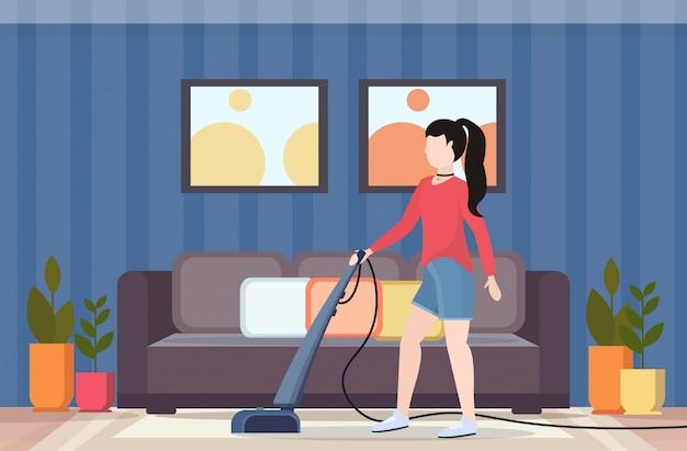 Ключевые слова на русском: женщина с помощью пылесоса домохозяйка делает по дому концепция ухода за полом современный гостиная интерьер плоский полная длина горизонтальный Premium векторы