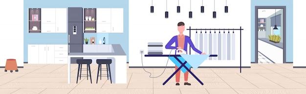 Человек гладит одежду парень использует утюг делает работу по дому концепция современный дом квартира интерьер мужской мультипликационный персонаж полная длина горизонтальный Premium векторы