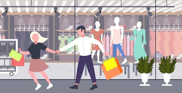 Ключевые слова на русском: мужчина женщина холдинг сумки пара веселье вместе ходить праздник большой продажа концепция современный бутик мода магазин экстерьер полная длина горизонтальный категории:. Premium векторы