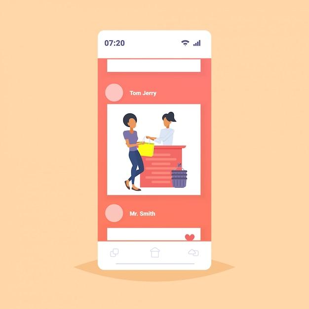 Женщина покупатель покупает новую сумочку в кассе прилавок магазин модной одежды женский торговый центр онлайн мобильное приложение экран смартфона Premium векторы