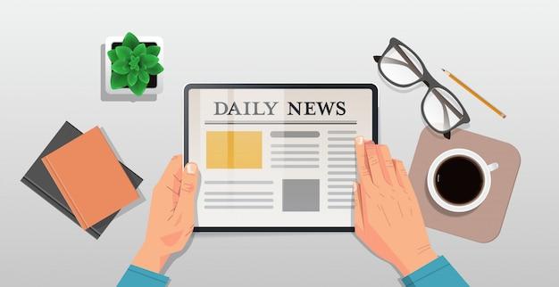 Бизнесмен чтение ежедневных статей на экране планшета онлайн газета пресса средства массовой информации концепция стол сверху угол горизонтальный вид Premium векторы