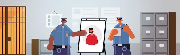 Смешанные расы полицейские офицеры пара смотрит на вор фото вор фото орган безопасности правосудие закон концепция современное полицейское управление интерьер портрет Premium векторы