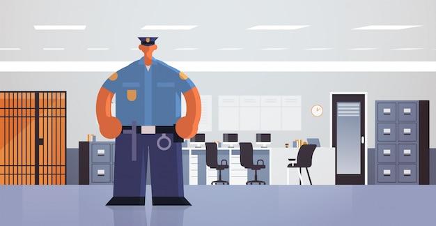 Офицер постоянный поза полицейский в единых орган безопасности юстиция закон концепция службы современный отдел полиции интерьер офиса Premium векторы