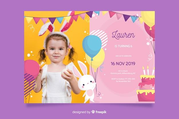 写真とバニーの誕生日の招待状のテンプレート 無料ベクター